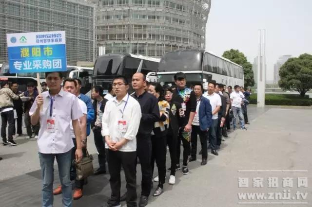 十八地市专业观众采购团陆续到场,排队等候入场